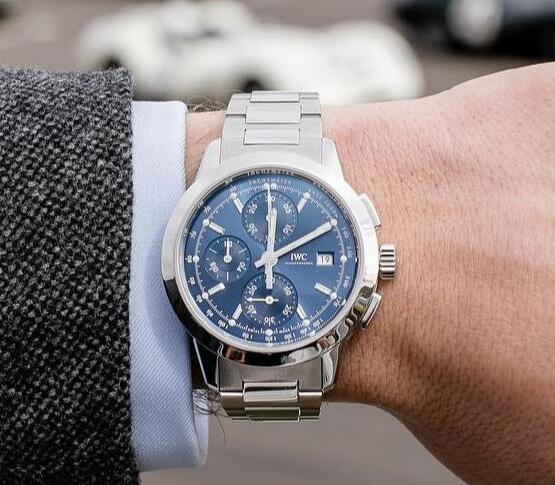 The timepieces are carried with decent and gentle modern styles.