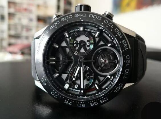 The integrated black toned design makes the timepiece very cool and dynamic.
