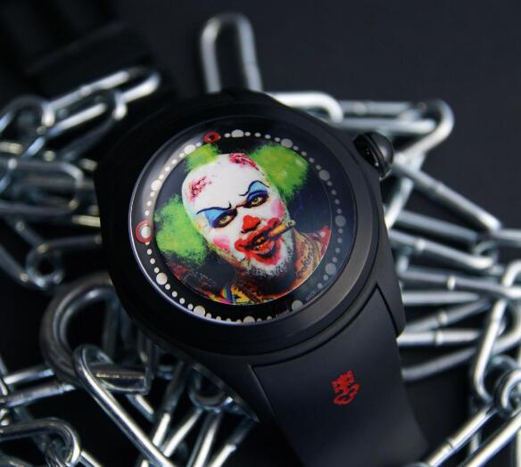 The large size of the dial offers enough space for the distinctive and exquisite image of the clown.