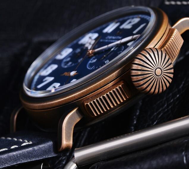 The bronze case makes this timepiece very vintage.